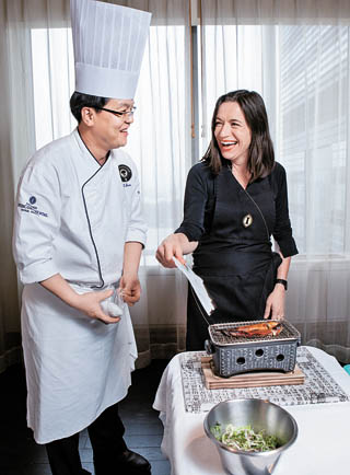 Chef Lim Ho-taek, left, and Sutherland prepare jangeo gui, or grilled sea eel.[PARK SANG-MOON]