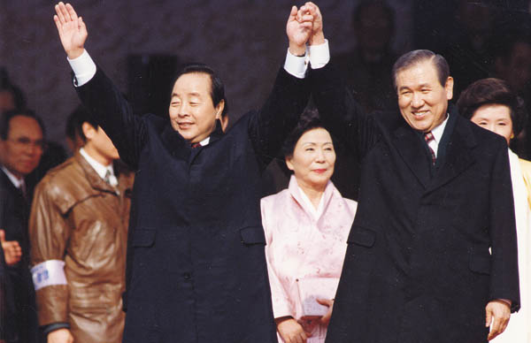 Kim Young-sam, left, celebrates his presidential inauguration with his predecessor, Roh Tae-woo, at his inauguration ceremony on Feb. 25, 1993. [JOONGANG PHOTO ]