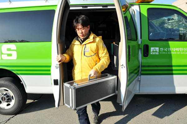A researcher in Daejeon returns to the Korea Institute of Nuclear Safety on Friday after collecting samples for an analysis to verify whether North Korea detonated a hydrogen bomb. [KIM SEONG-TAE]