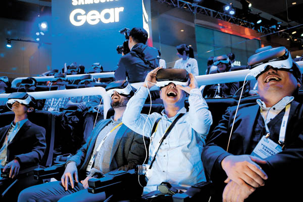 Visitors react while wearing Samsung Gear VR headsets at Samsung's VR Theater at the 2016 Consumer Electronics Show in Las Vegas on Wednesday. [AP/NEWSIS]