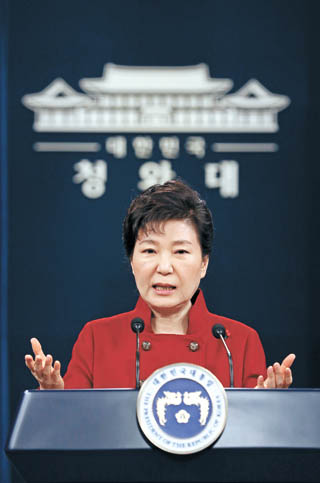 President Park Geun-hye addresses the nation in a live, 100-minute media conference Wednesday morning in the Blue House, concentrating on North Korea's fourth nuclear test and the passage of economic and labor market reform bills. [JOINT PRESS CORPS]