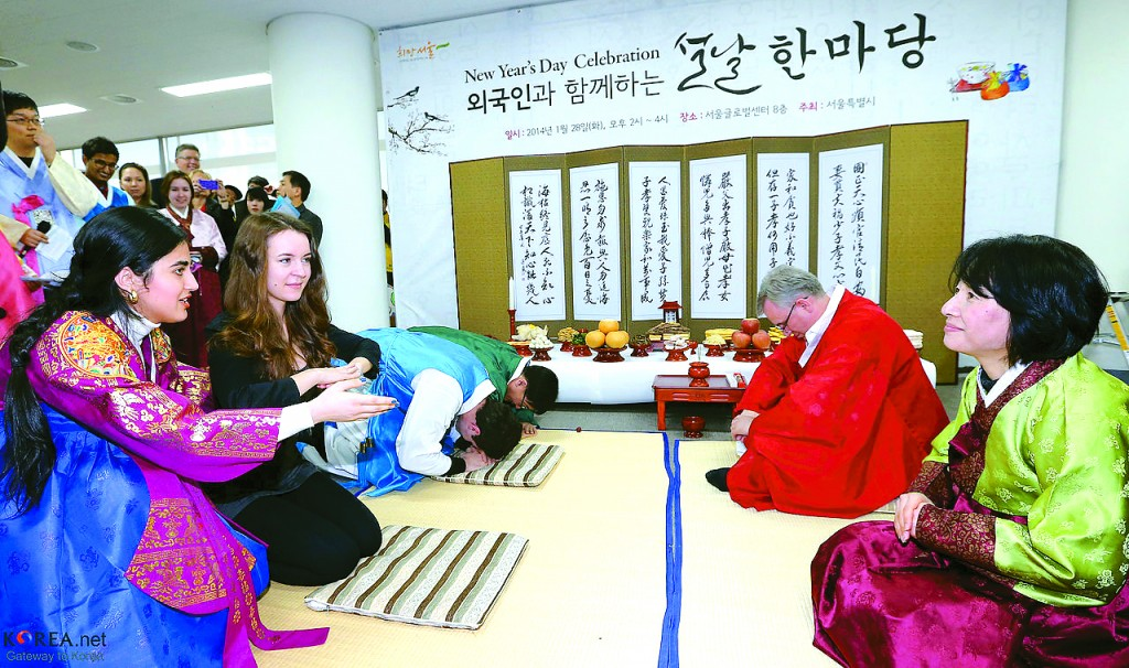 """People practice their sebae during the """"New Year's Day Celebration"""" at the Seoul Global Center on January 28. Provided by Jeon Han / Korea.net"""