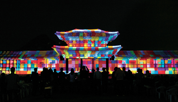 A media facade show is kicking off this year's Royal Culture Festival at 7:30 p.m. on Friday at Heungnyemun Gate of Gyeongbok Palace in central Seoul. The show will be held twice a day at 9:15 and 9:30 p.m. from Saturday to May 8. Above is last year's show, displaying colorful lighting across the historic gate. [CULTURAL HERITAGE ADMINISTRATION]
