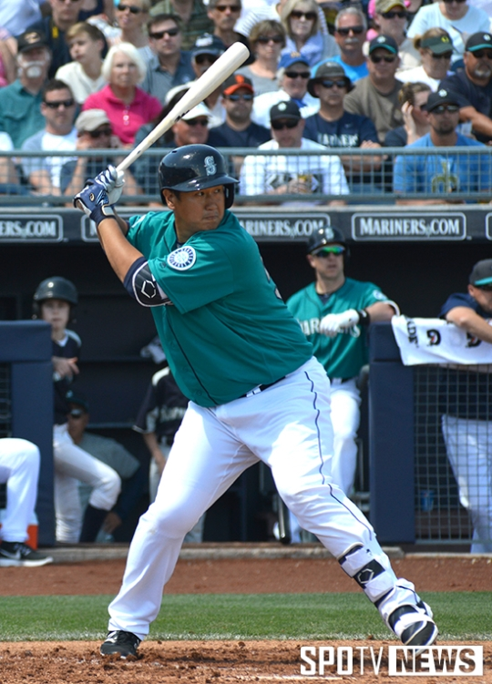 Seattle Mariner fan-favorite Dae-ho Lee prepares to bat.