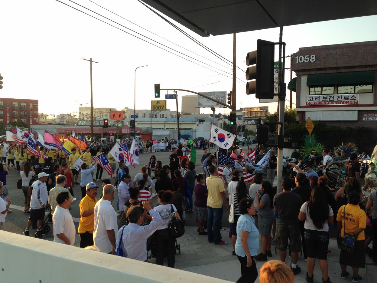 Marchers walk in solidarity on the corner of Olympic Ave and 11th Street on August 2. [Korea Daily Photo/Hankyul Sharon Lee]