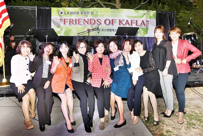 KAFLA chairwoman Laura Jeon (fifth from left) posing with the supporters of the organization. Photo provided by Photographers Society of Southern California chairman Sang-dong Kim.