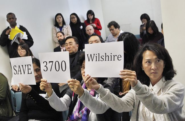 Jamison Services, the biggest real estate firm owned by a Korean-American, is drawing heavy criticism from Koreatown residents after proposing to build a skyscraper as a replacement of the neighborhood's only green land. Local residents who attended the public hearing is holding up signs to voice their opposition to the project on Dec. 7. Sang Jin Kim